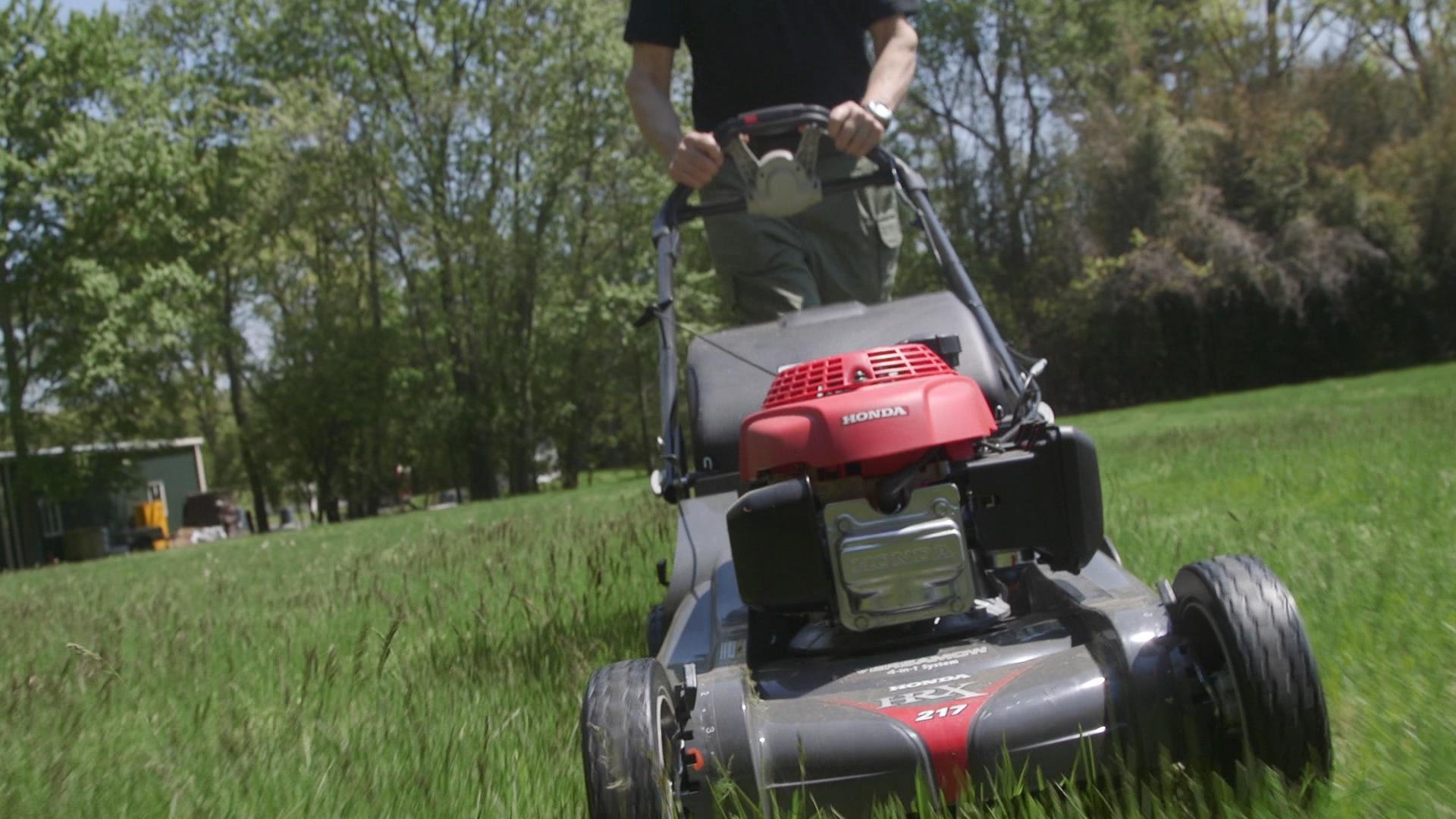How to winterize your lawn mower consumer reports for Best motor oil for lawn mowers
