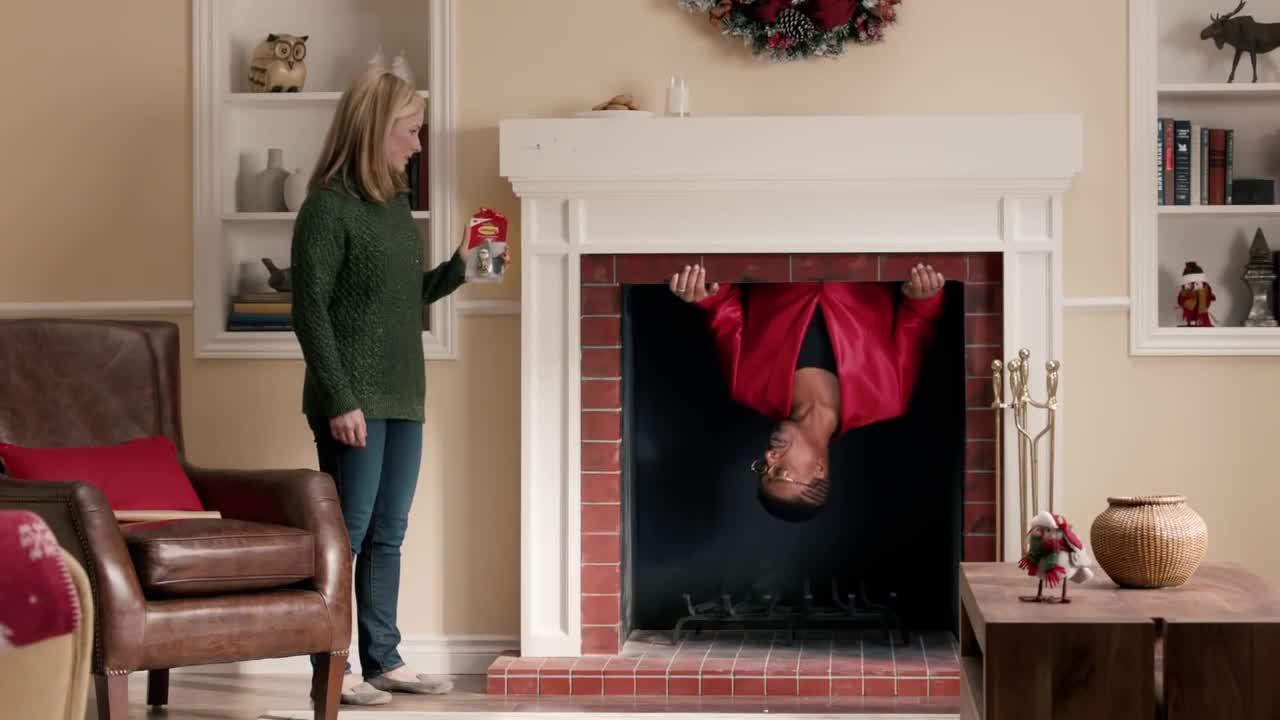 Holiday Decorating with Hammer   Command™ Brand