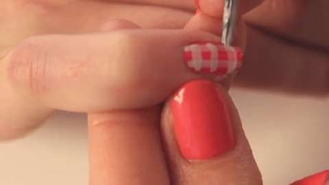 Nail art how-to: Gingham nails