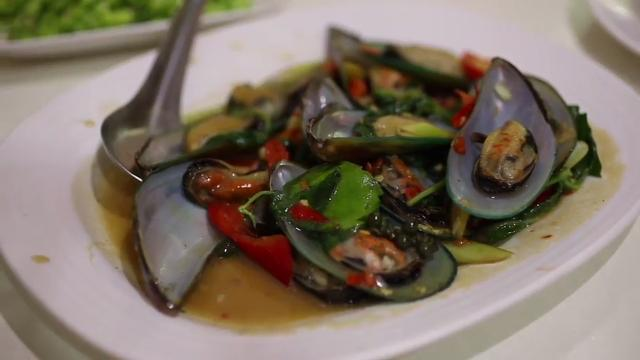 Ep 23 - Bangkok: Green Mussels with Basil Leaves and Chili | GR848